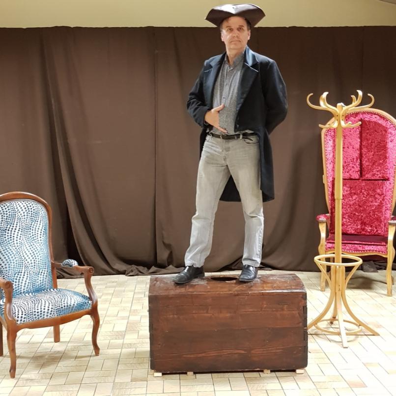 Dans sa mise en scène, Phillipe Voivenel à imaginé un Montesquieu engagé dans une correspondance avec un Machiavel, que l'on ne voit jamais. Un Machiavel qui s'immisce jsuque dans les écrits de l'auteur de l'esprit des lois, dans ses plus profondes pensée